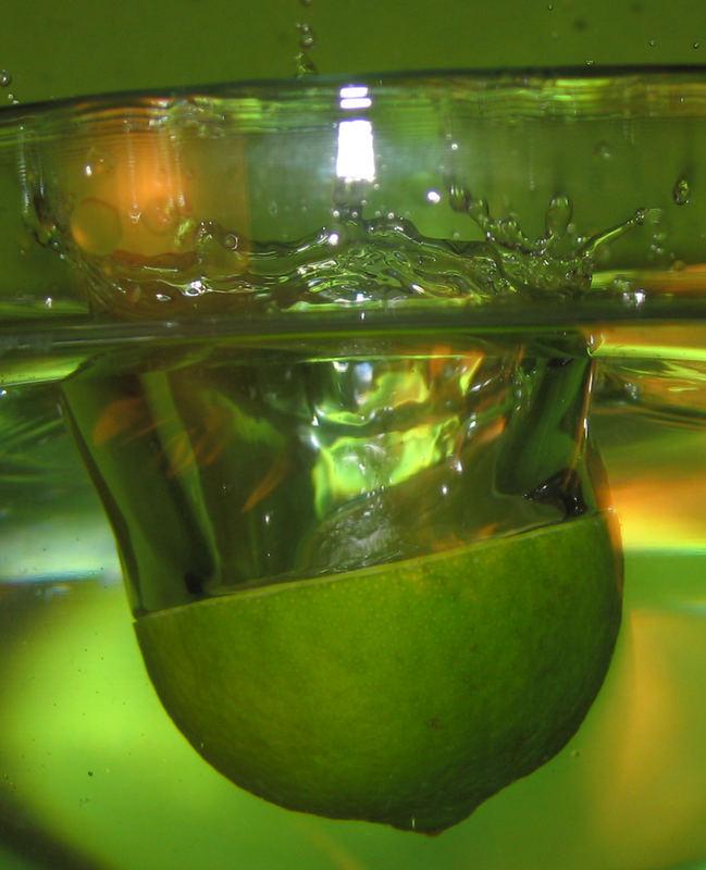 Schwupps....und die Limette sprang ins Wasser!