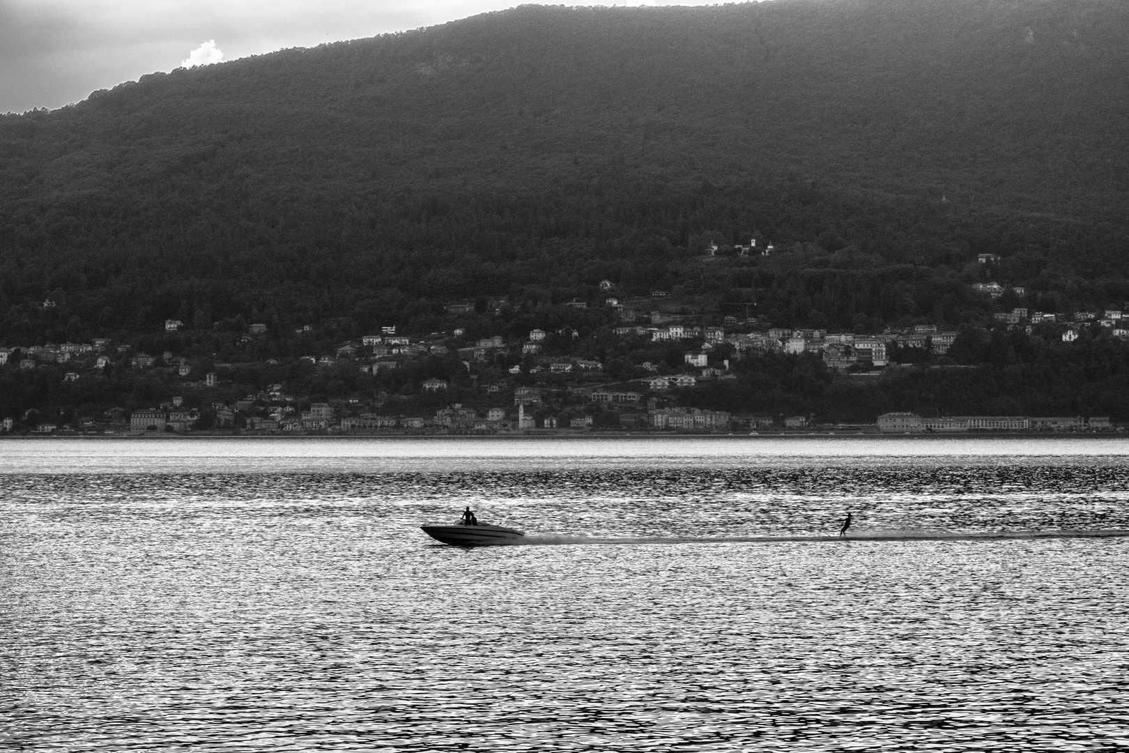 Sci nautico sul lago