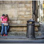 Scorcio urbano con bacio