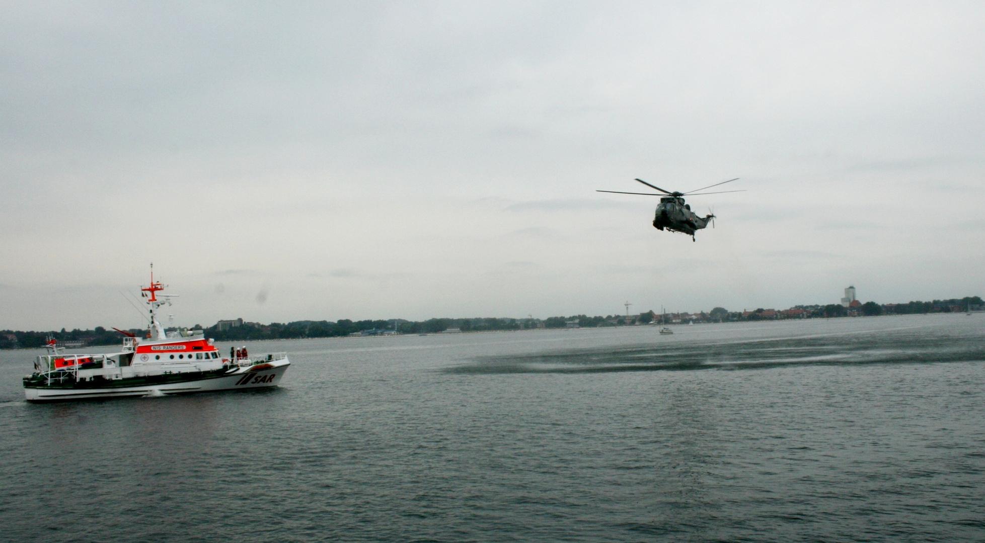 Seaking MK41 mit einem Seenotrettungskreuzer