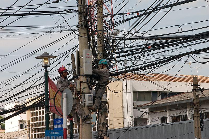 """""""Secondo me è questo filo qui"""" - """" I think is this cable"""""""