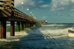 Seebrücke bei Sturm