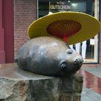 Seehund mit Schirm