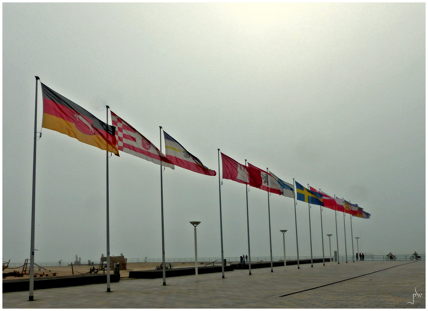 Seenebel in Travemünde - Fahnenschmuck im Nebel doch gut zu sehen