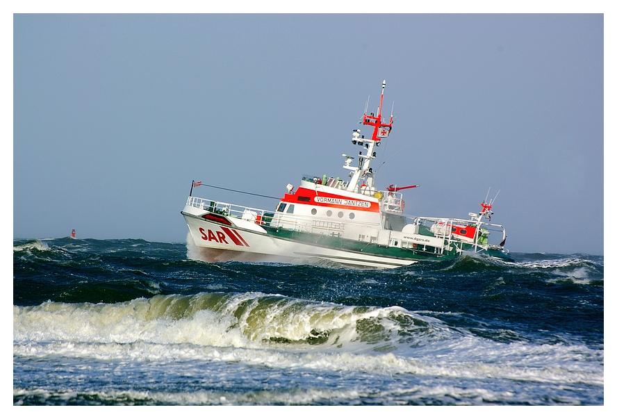 Seenotrettungskreuzer Vormann Jantzen in schwerer See