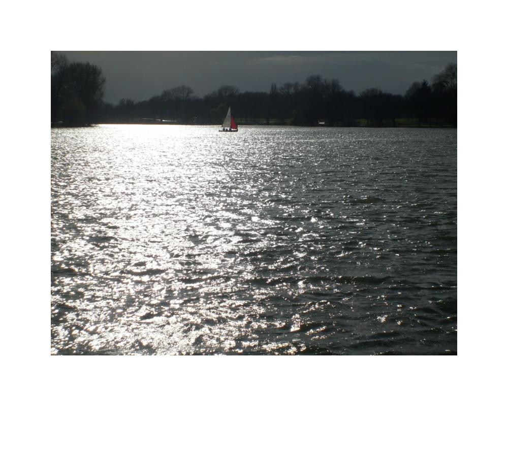 Segelboot auf See geparkt