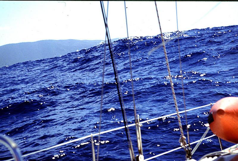 Segeln gegen Wellen