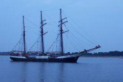 Segelschiff in der Dämmerung
