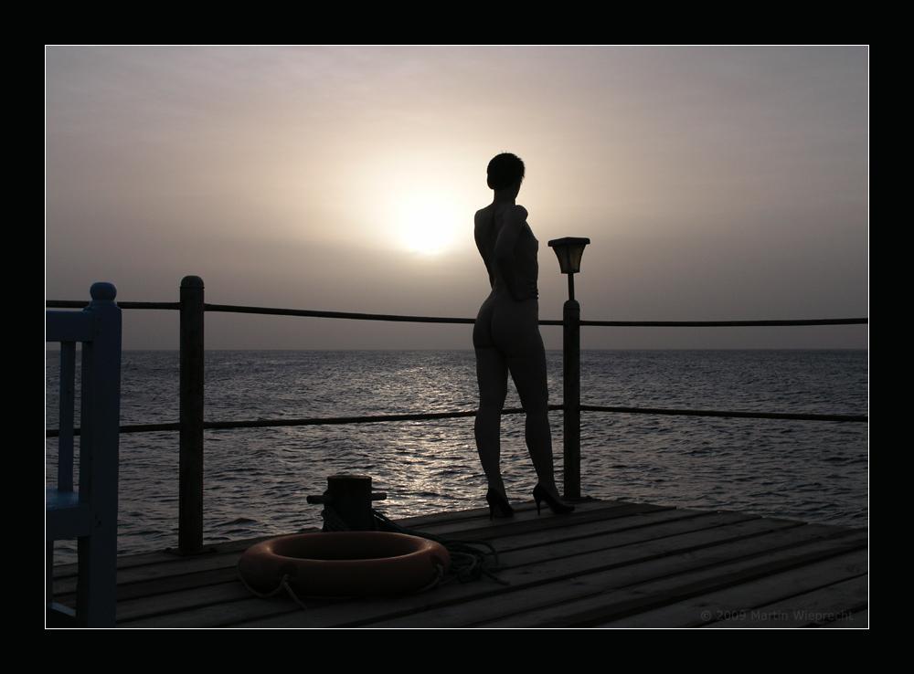 sehnsuchtsvoll schaut sie aufs Meer...