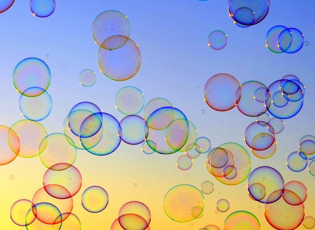 Seifenblasen selber machen - Riesenseifenblasen-Schwarm im Sonnenuntergangslicht