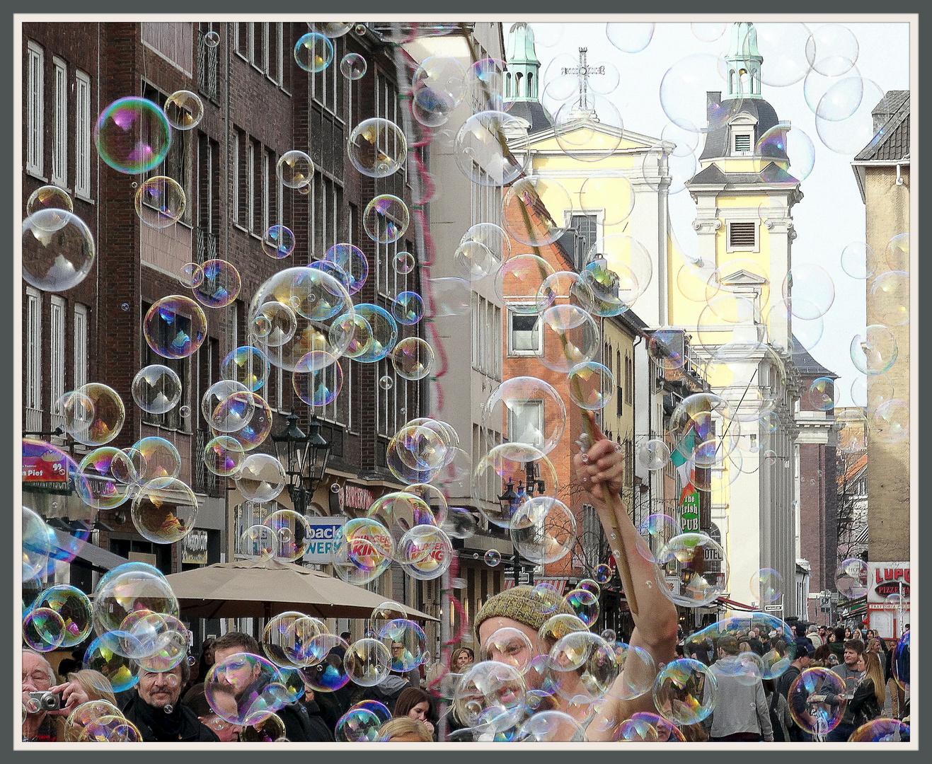 Seifenblasenkünstler in der Düsseldorfer Altstadt