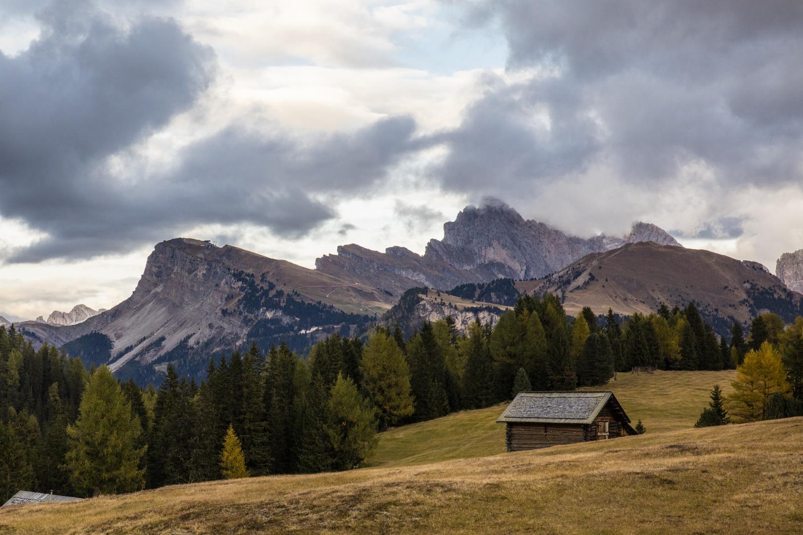 Seiser Alm mit Wolkenhimmel und einsamer Hütte