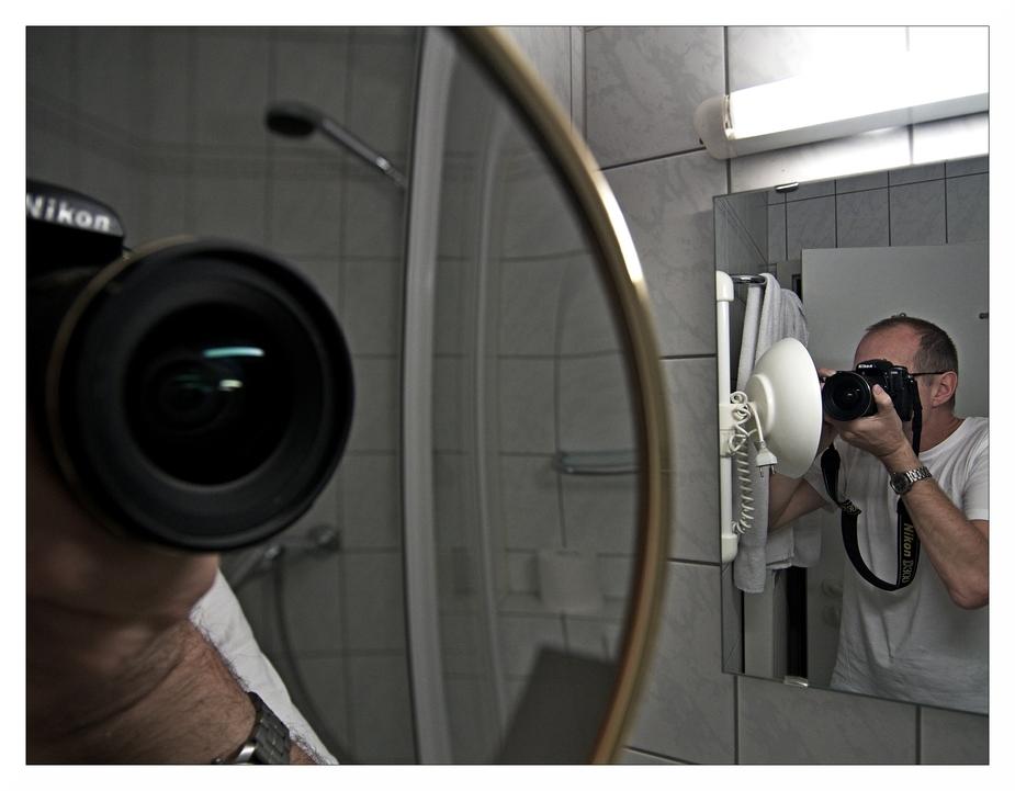 Selbstbildnis mit Kamera in einem Badezimmer in einem Hotel am Bodensee