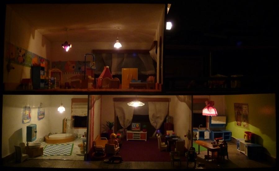 selbstgebautes puppenhaus mit beleuchtung und playmobil inneneinrichtung foto bild. Black Bedroom Furniture Sets. Home Design Ideas