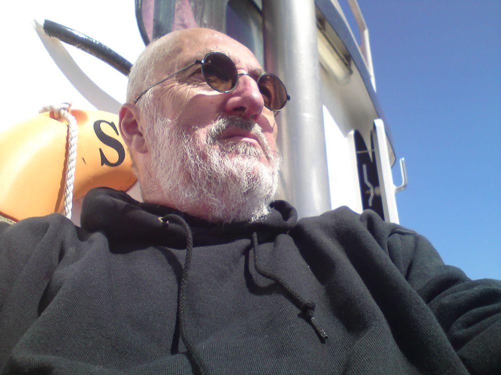 """Selbstportrait eines in sich zufriedenen Möwenbändigers an Bord der"""" Stella Maris"""""""