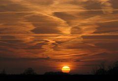 Seltene Wolkenformen - und Ketten von Zugvögeln sind auch zu sehen.