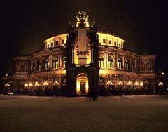 Semperoper bei Nacht im Schnee