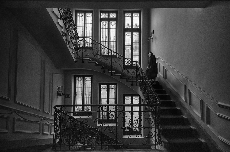 Senora de negro subiendo escalera