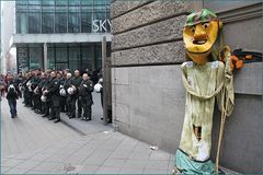 Sensenmann und Ordnungshueter  FFM Occupy12