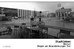 SERIE Stadtleben - Berlin - Regen am Brandenburger Tor