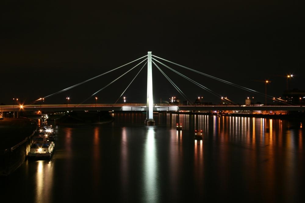 Serverinsbrücke bei Nacht
