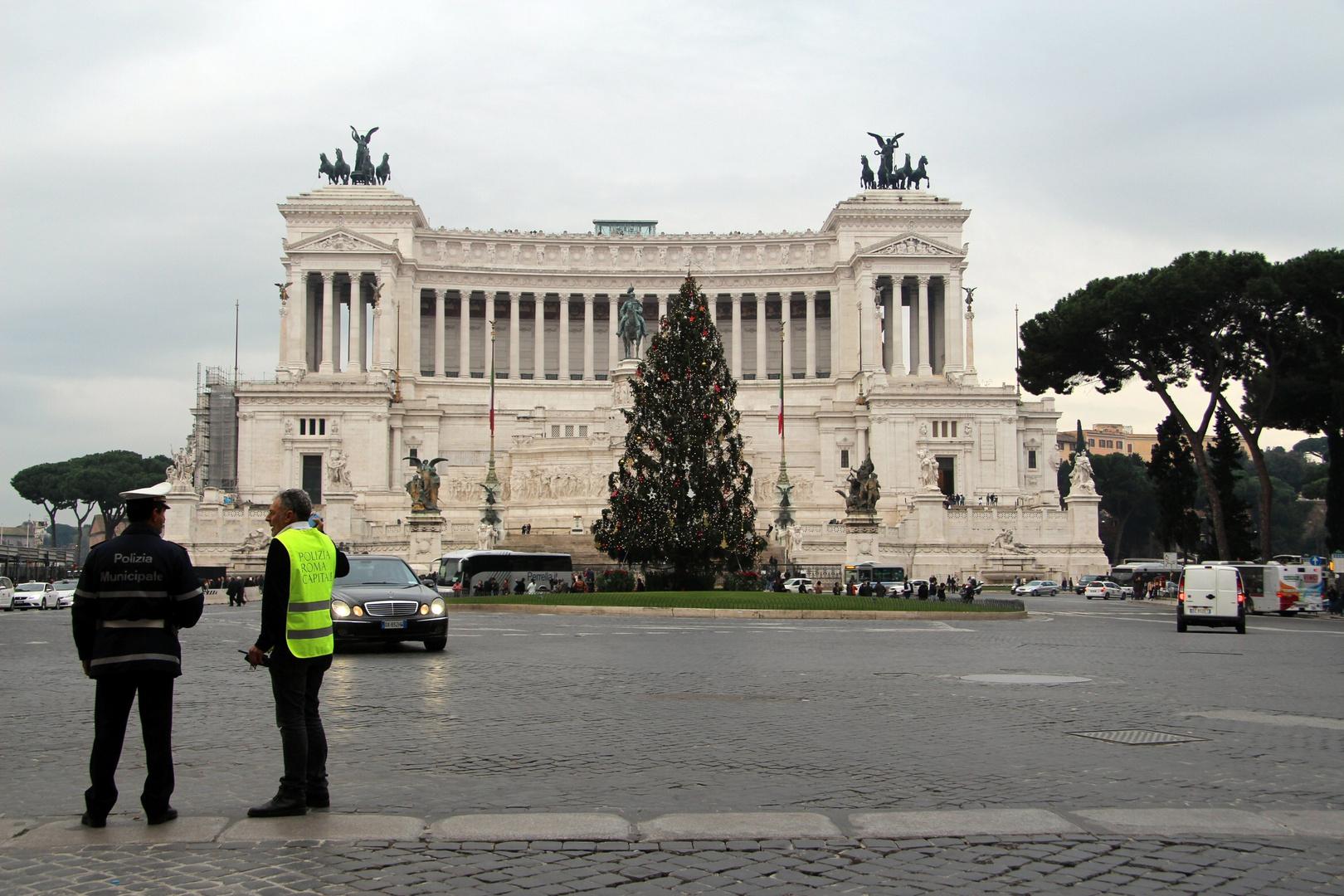 Servizio d'ordine in piazza Venezia. Buon Natale da Roma!