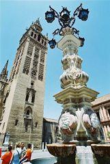 Sevilla, Giralda und Brunnen