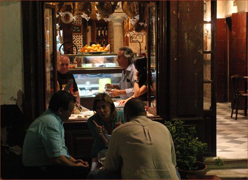 Sevillanisches Nachtleben spielt sich auf der Straße ab