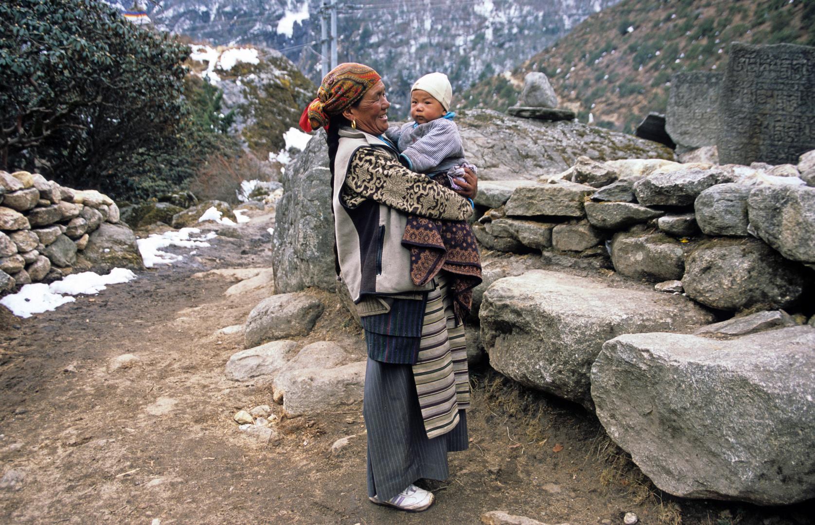 Sherpafrau mit ihrem Baby im Khumbu bei Thame auf 3500m Höhe