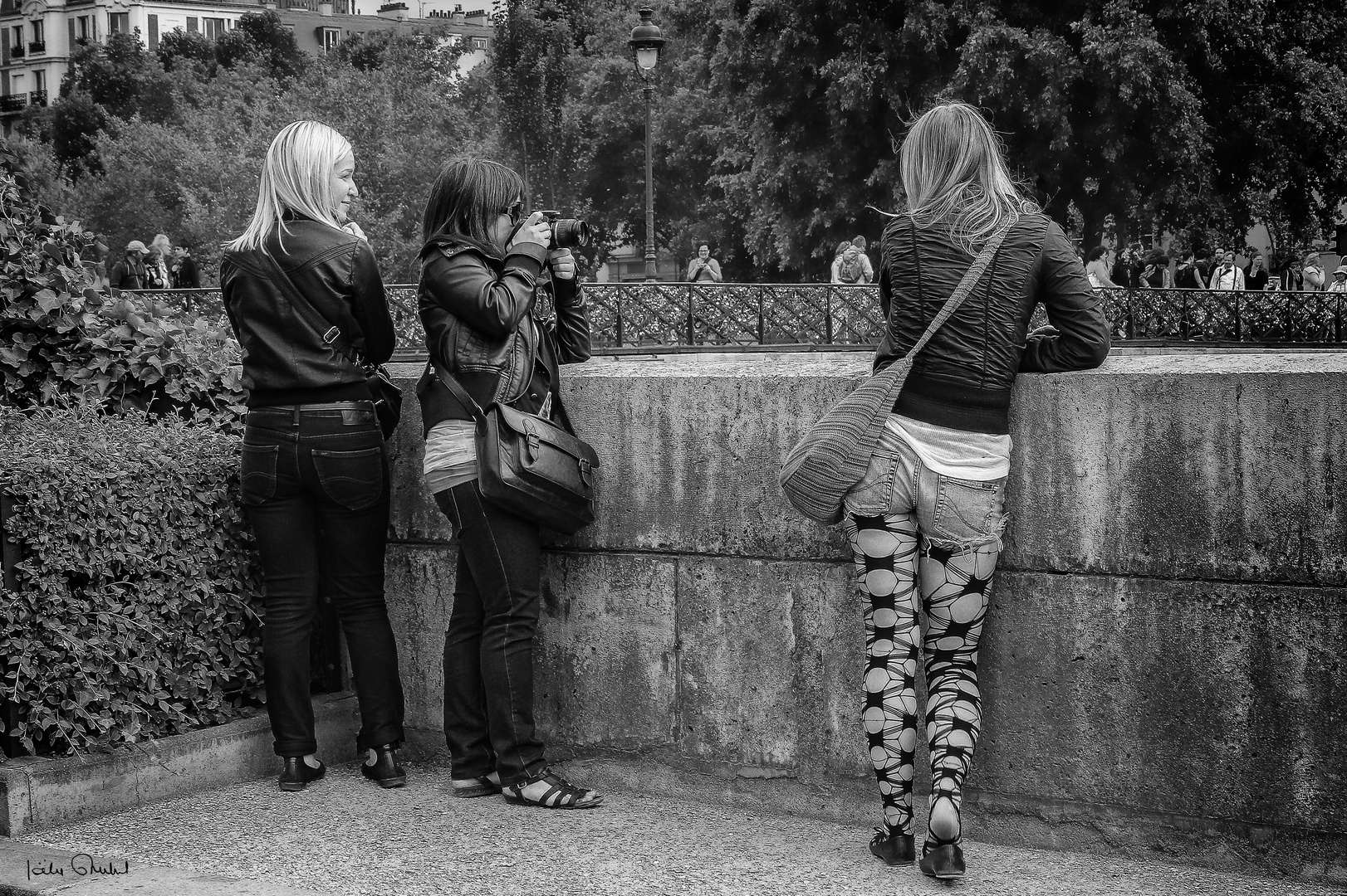 Shooting in Paris .