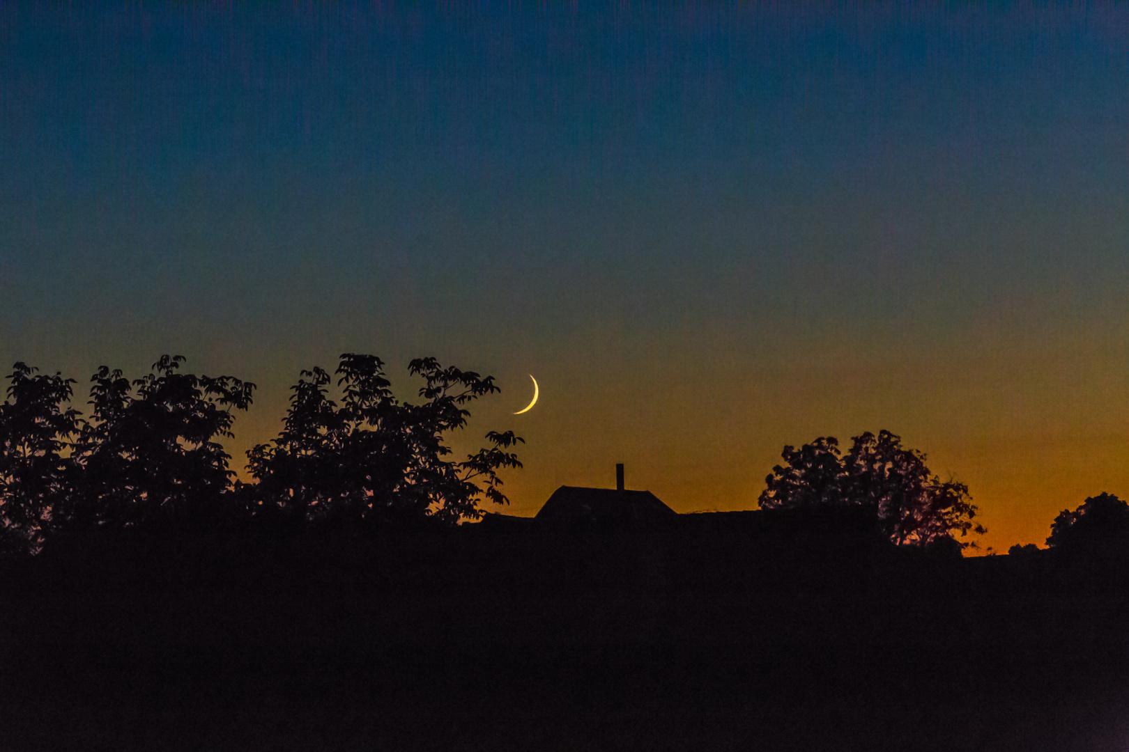 Sichel des Mondes zur blauen Stunde
