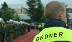 Sicherheitskräfte im Einsatz während Fußballspiel