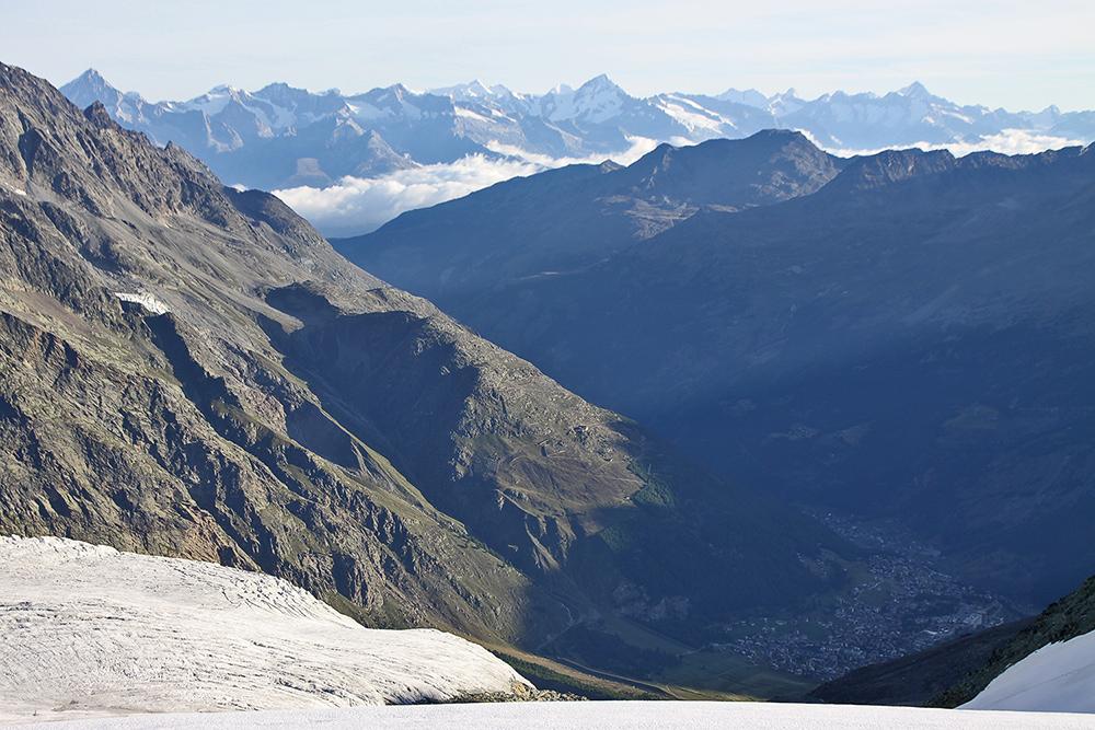 Sicht auf Saas Fee ganz unten und das Berner Oberland ganz weit in über 60 km...