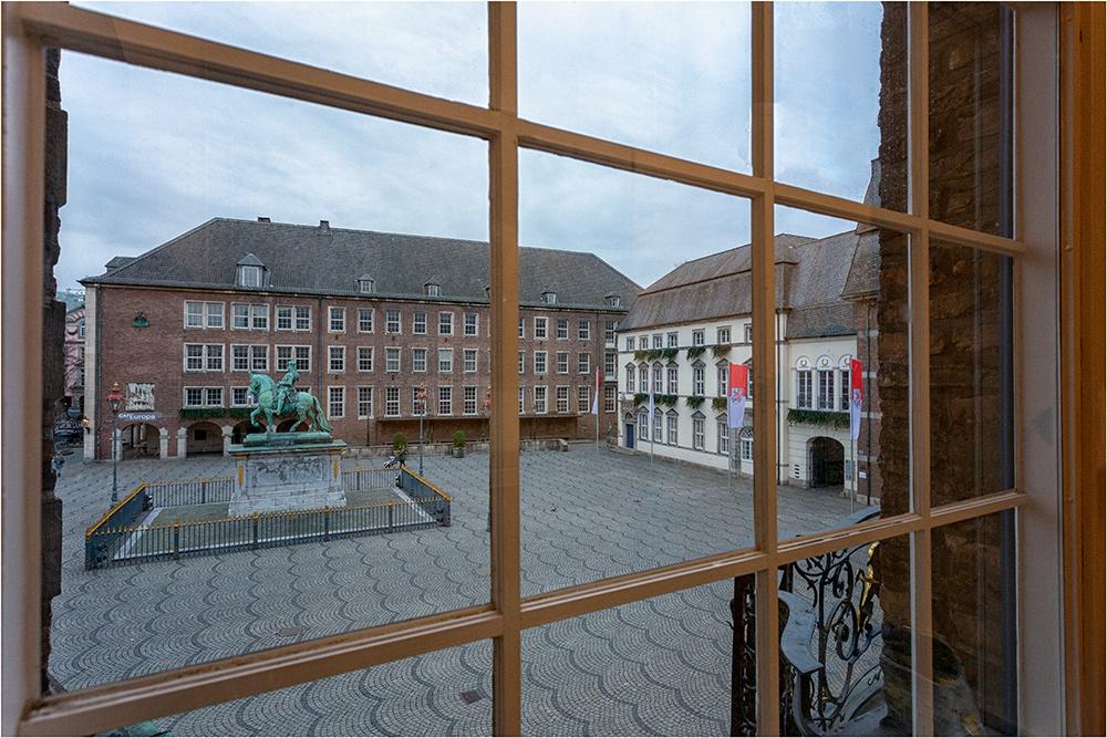 Sicht aus dem Rathaus auf den Rathausplatz