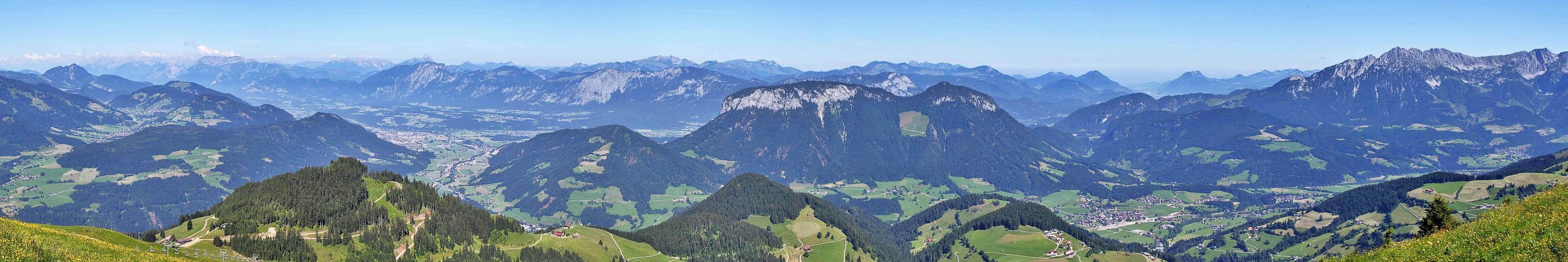 Sicht von Süden auf Bayerische und Östereichische Gipfel bis zum  Kaiser  Beschnitt beidseitig...