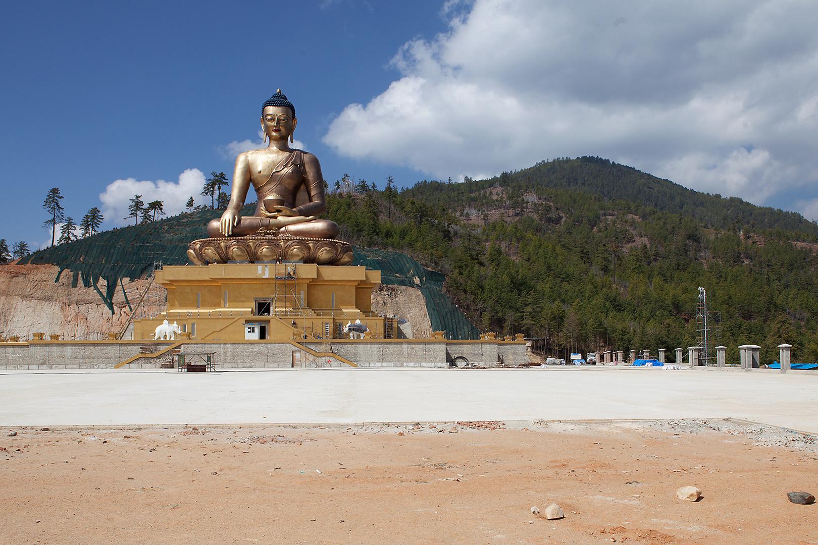 Sieh nicht auf die goldene Maske, sondern auf das Gesicht des Buddha dahinter. (Aus China)
