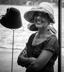 ..signora con cappello..