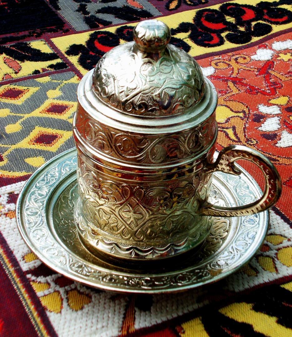 Silberner Mokkabecher auf türkischem Teppich