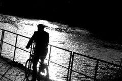 Silhouette unter der Brücke am Fluss (edit)