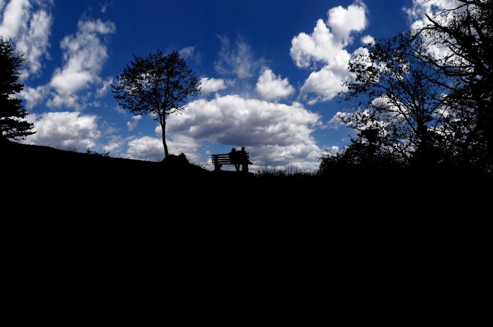 Silhouette von einem Liebespaar am Bogenberg