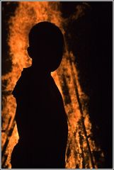 Silhouette vor dem Johannisfeuer