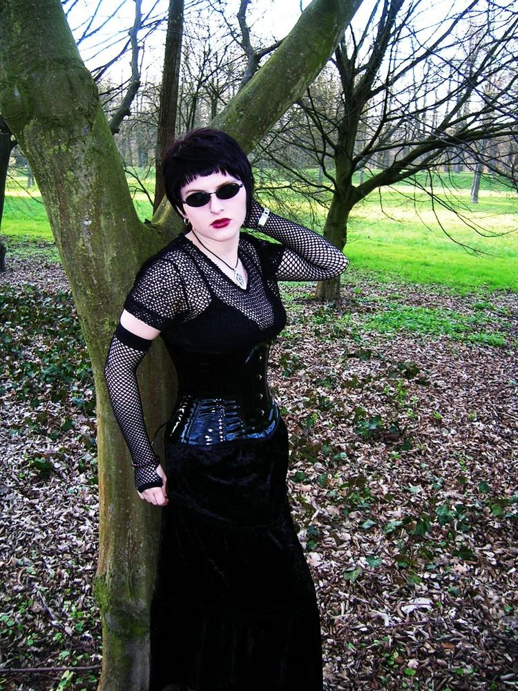 SinAndra im Park Ansbach2 -vor einem Baum