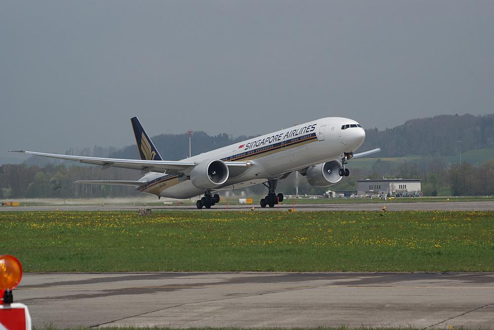 Singapore B777-300ER beim Start