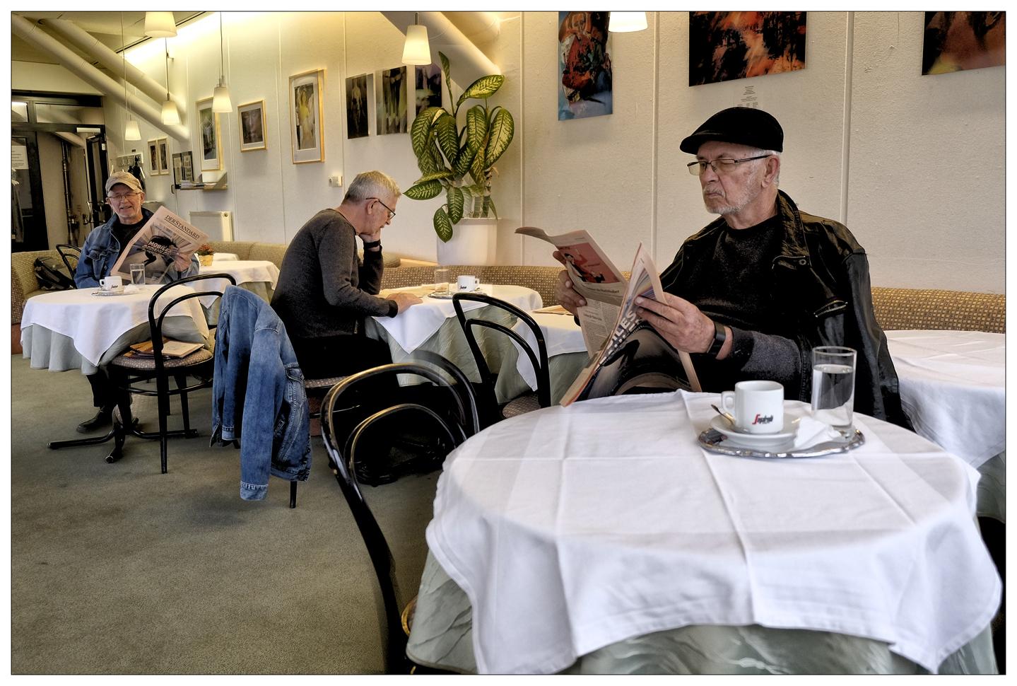 Sitz nicht gern allein im Cafe !