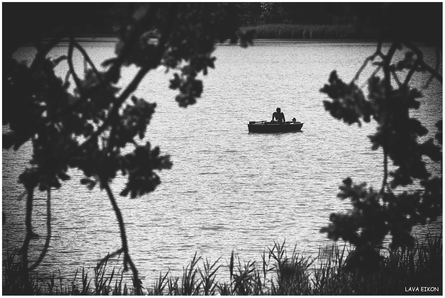 Sitzen zusammen in 'nem kleinen Boot...