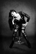 Sitzende Frau in Schwarz-Weiß