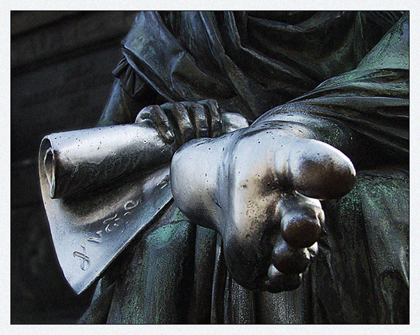 Skulptur am Fuße des Schillerdenkmals
