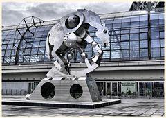 skulptur  ' rolling horse' vor dem lehrter bahnhof (hauptbahnhof)