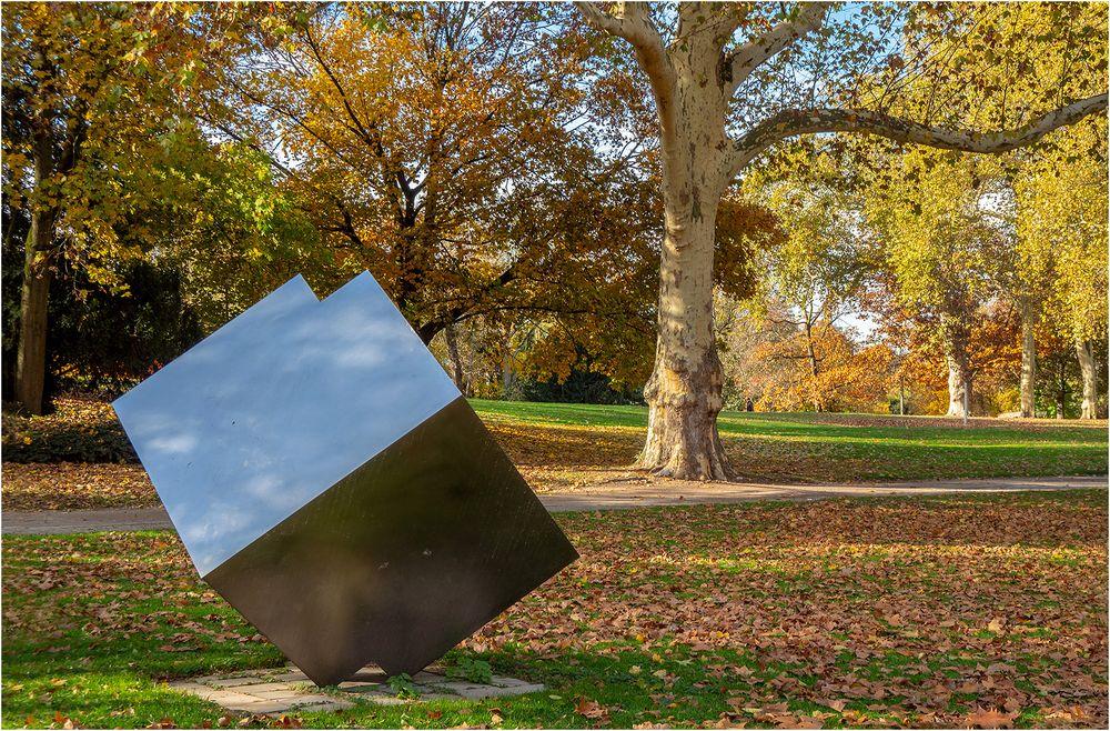 Skulptur und Himmel