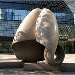 Skulptur vor der Deutschen Bank...